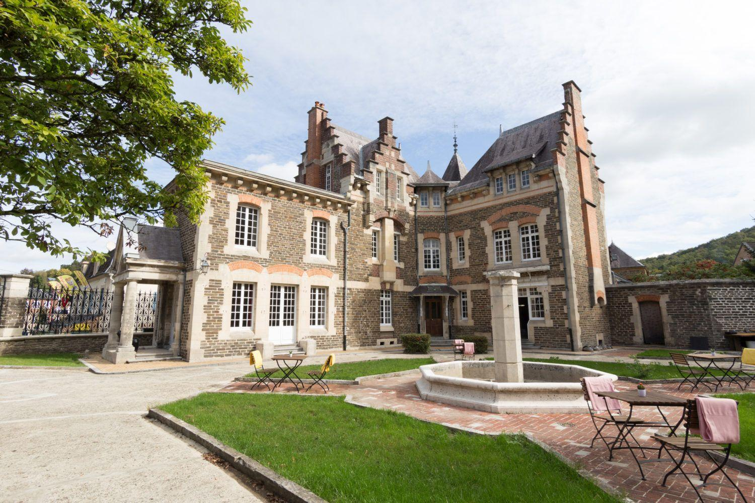 Beautiful romantic castle in Bogny-sur-Meuse with several luxury suites in France